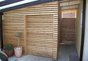 Abstellraum mit Schiebetür aus Holz