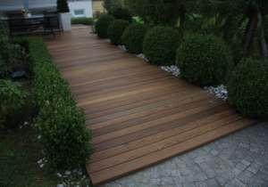 Gartenweg mit Holzauflage