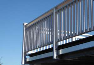 weißes Balkon-Geländer Front