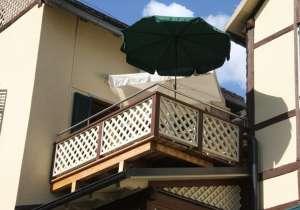 Balkon mit Gitter in weiß