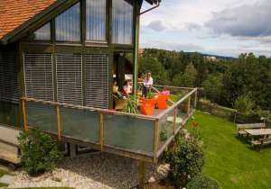 Holzbalkon mit Glas-Elementen