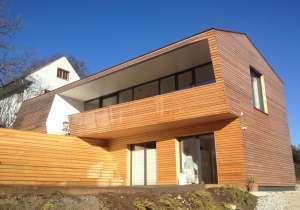 Holzfassade mit Rhombus-Latten
