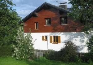 Holzfassade samt braunem Anstrich