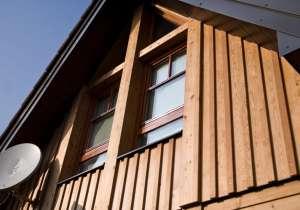 Fassade mit versetzt befestigten Brettern