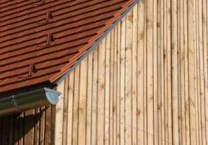 Fassaden-Gestaltung aus Lärche mit verschiedenen Breiten