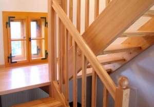 Holzstiege mit Geländer