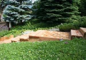 Gartenweg mit Holzstufen
