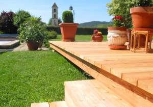 Holz-Terrasse mit Stufen-Abgang