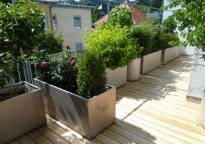 Terrasse mit Blumentrögen