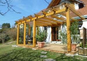 Terrassen-Überdachung Glas mit lasierten Holzelementen