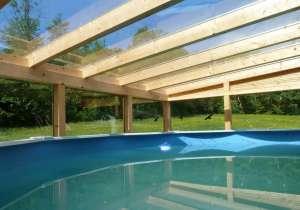 Überdachtes Schwimmbad mit Glas