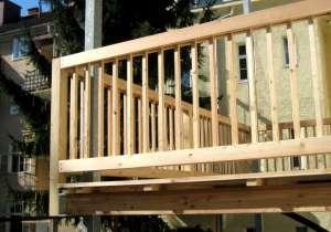 Holzbalkon schlichtes Geländer