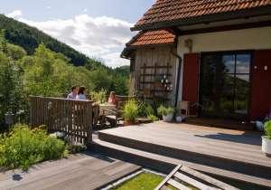 Holz-Veranda mit Holzstufen