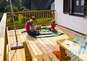 Veranda mit Holz-Geländer
