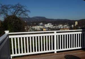 Terrassen- Geländer mit weißem Anstrich