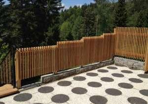 Lärchenholz-Zaun abgestuft innen